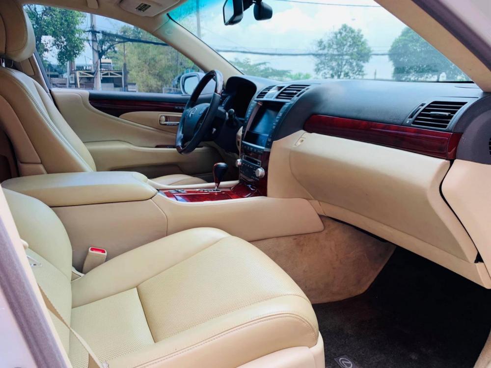 Bán xe Lexus LS460L sản xuất 2010 màu trắng, 5 ghế có matxa, rada, nâng hạ gầm