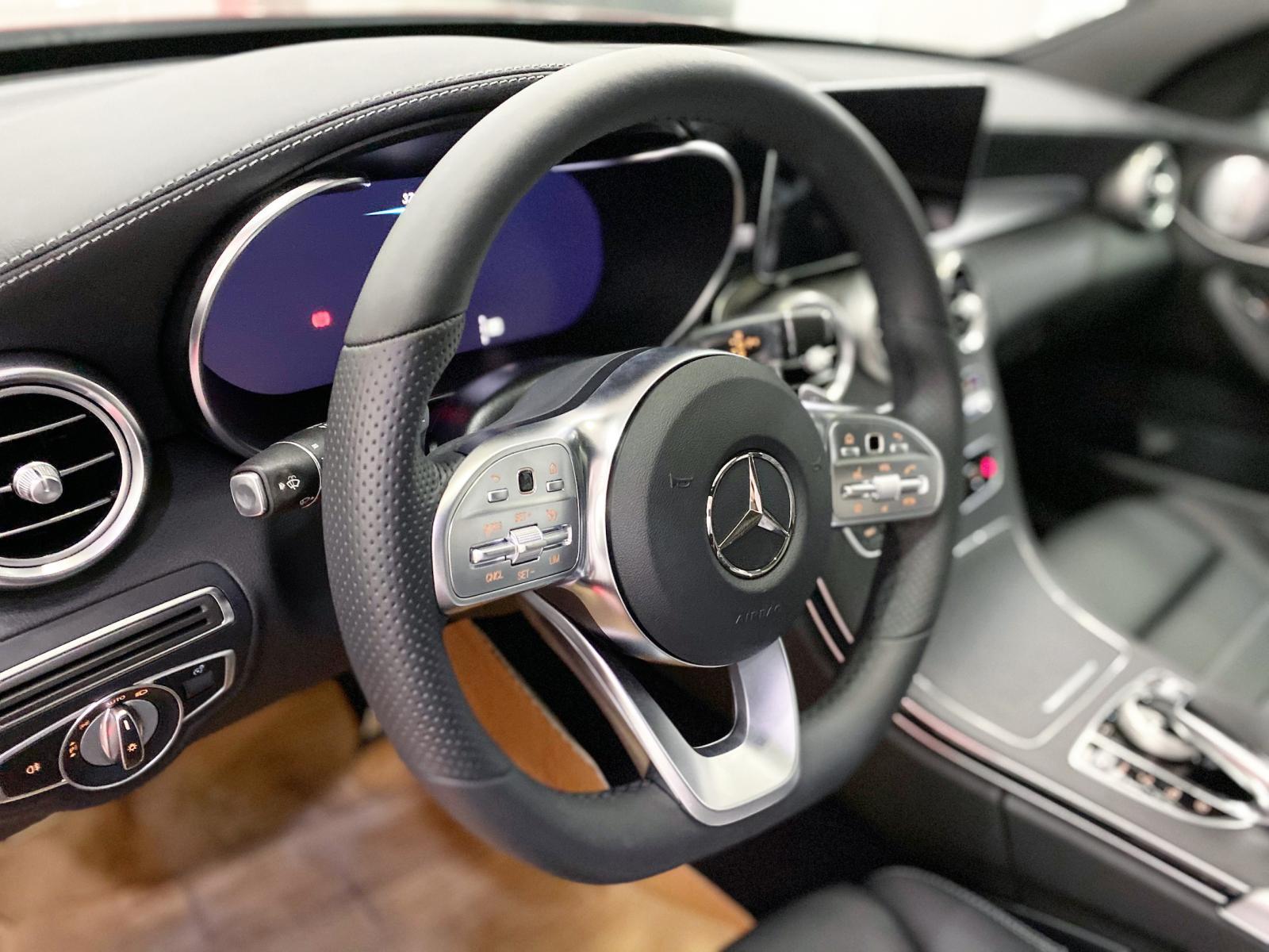 Bán Mercedes C300 AMG 2020 màu đỏ siêu lướt, giá cực tốt - xe cũ chính hãng