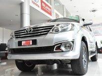 Cần bán gấp Toyota Fortuner V 4x2 đời 2013, màu bạc giá 640 triệu tại Tp.HCM