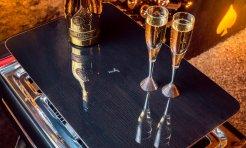 Giá một chiếc sedan hiệu BMW không đắt bằng bộ uống rượu champagne của Rolls-Royce